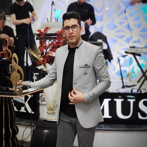 Jamil Bayrami Ama Bizim Aramizda 500x500 - دانلود آهنگ ترکی جمیل بایرامی به نام عمه بیزیم آرامیزدا / موزیک شاد ترکی ارکستری